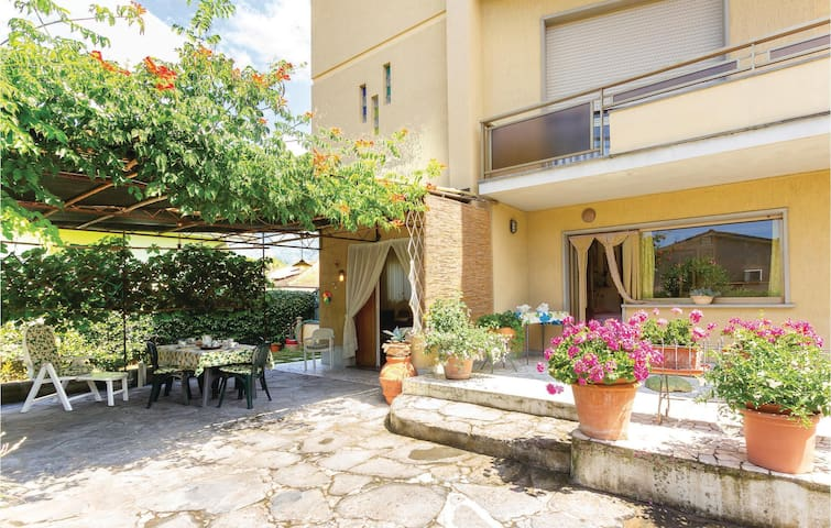 Semi-Detached with 1 bedroom on 60m² in Camaiore (LU)