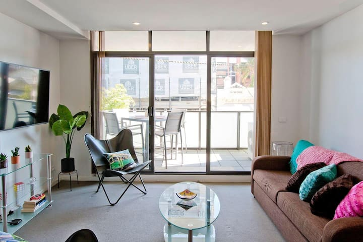 Brunswick 2 bedrooms w/ Air Conditioning + Balcony