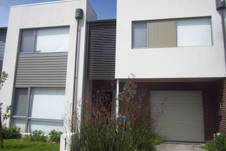 Private Room in 3 Bedroom Townhouse - Wantirna South - บ้าน
