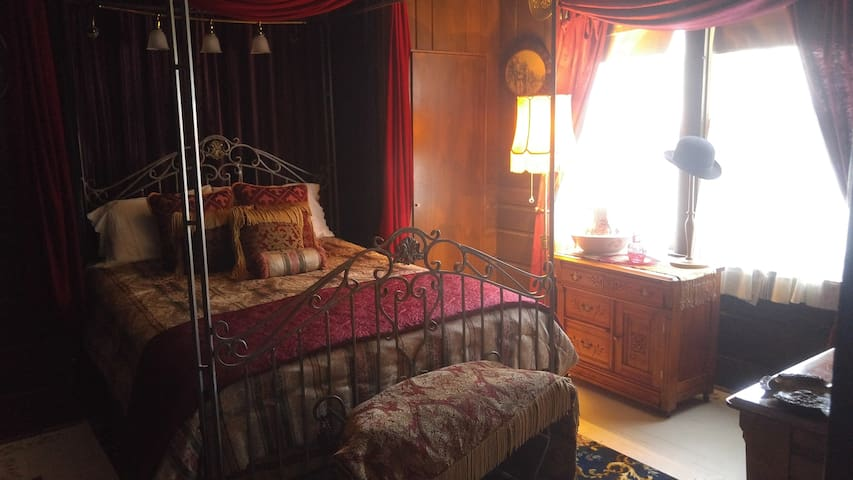 Charles Dickens Suite - The Inn of Glen Haven