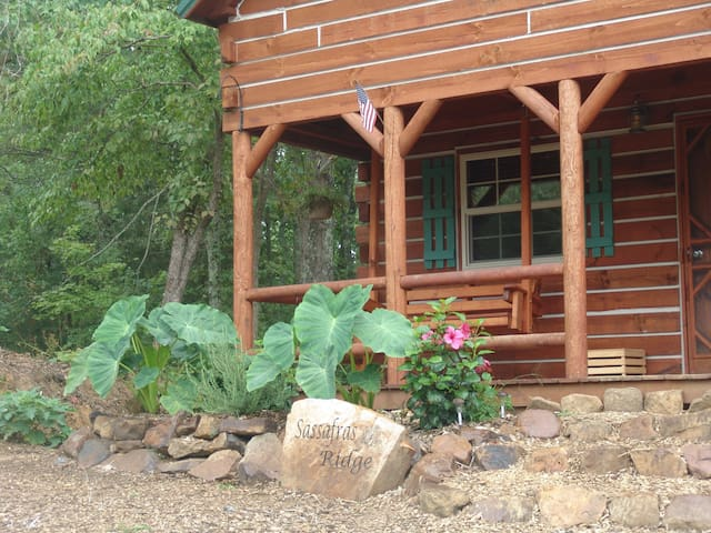 Sassafras Ridge log cabin by Garden of the Gods!