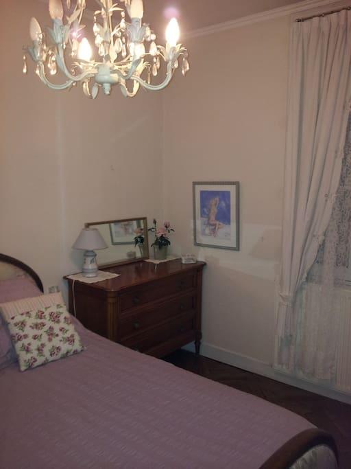 la chambre avec le lit en 140 cm