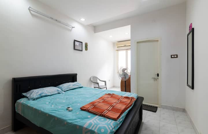 Cozy stay near Hotel Taj Coromandal- Room No.1