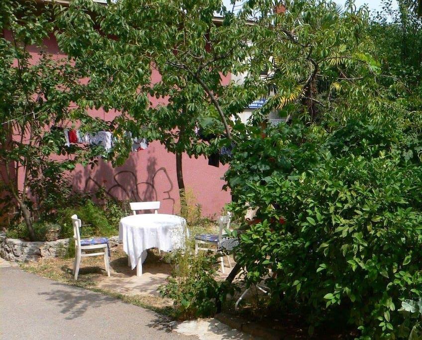 Verweil-Ort neben Garten, nur für Gäste
