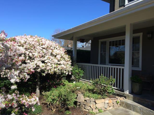 Lovely bright room near Stanford, private garden