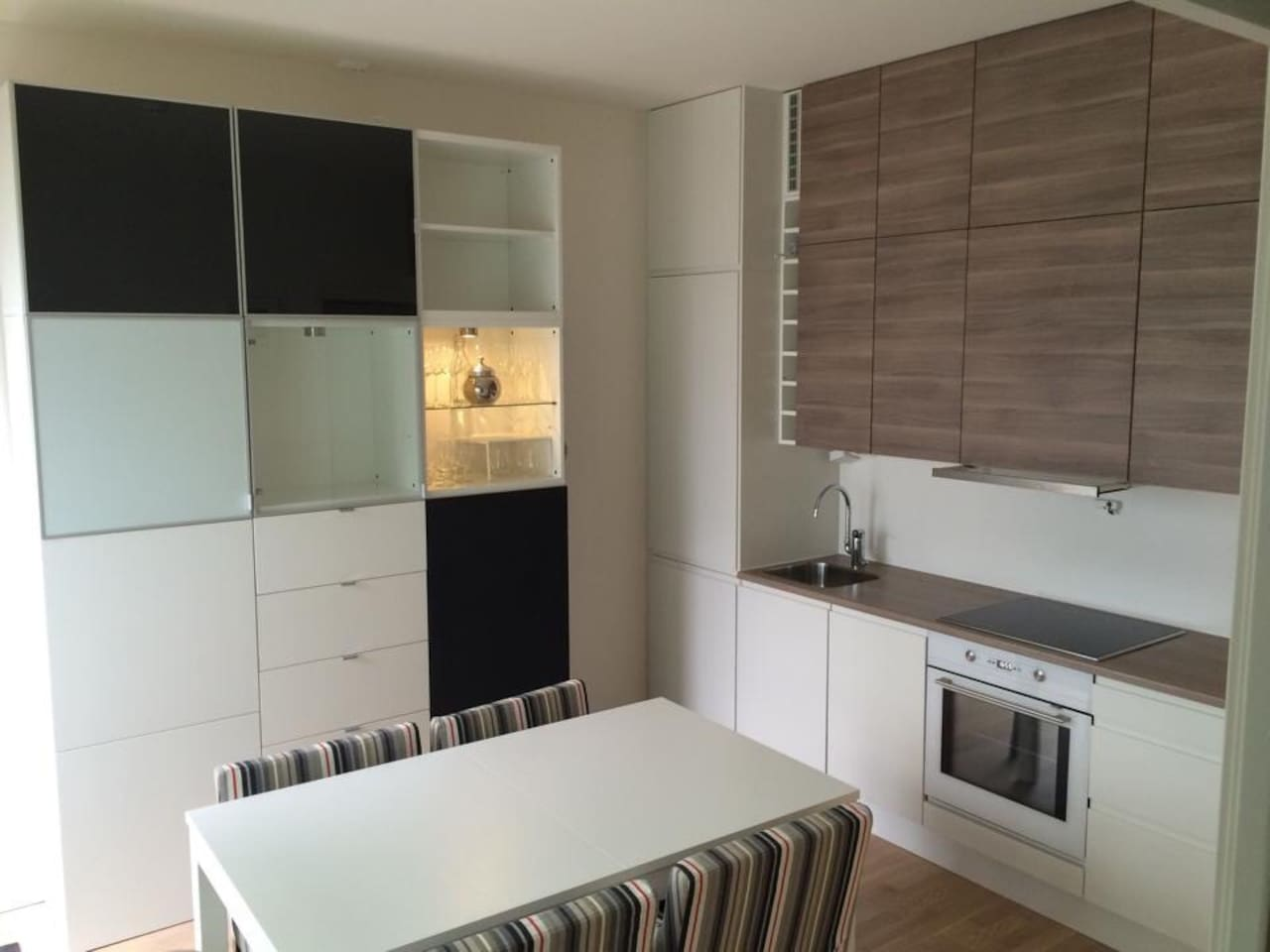 A spaceouse kitchen with eating area