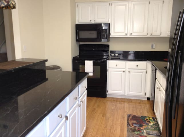 2 BR TOWNHOME-GREAT VIEWS-DOWNTOWN Free Parking