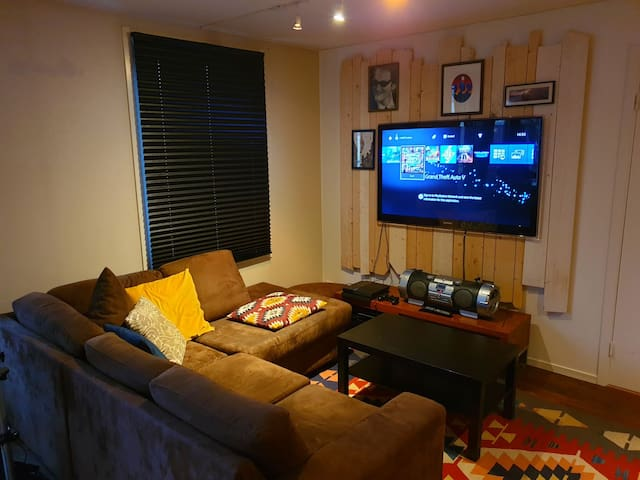 Cool, cosy, fun apartment in Toyen, near station!