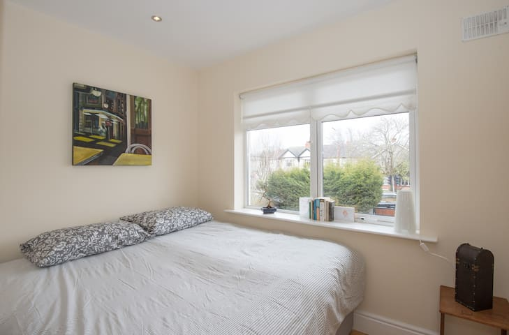 West Wing- Double bedroom / Private bathroom - Kimmage - House