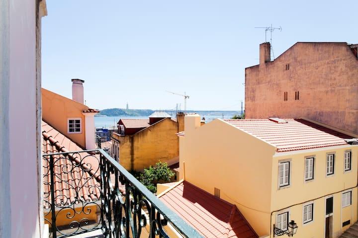 Bairro Alto /Bica Vista  Rio Tejo - Lissabon