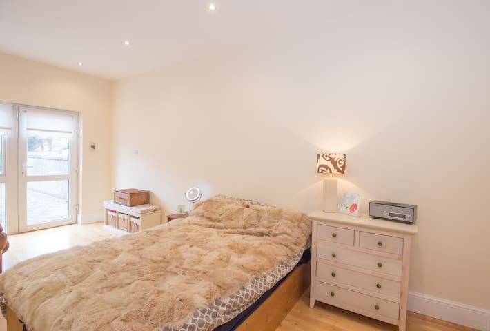 The Den - Spacious stylish Triple room - Sleeps 3 - Kimmage - Casa
