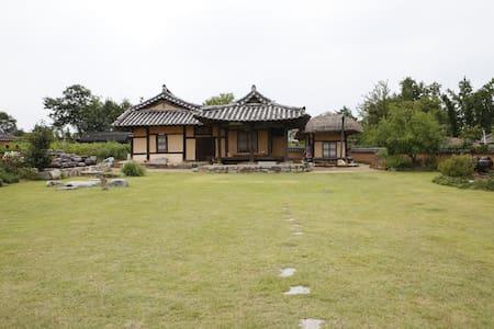 The Jisan house - choga room