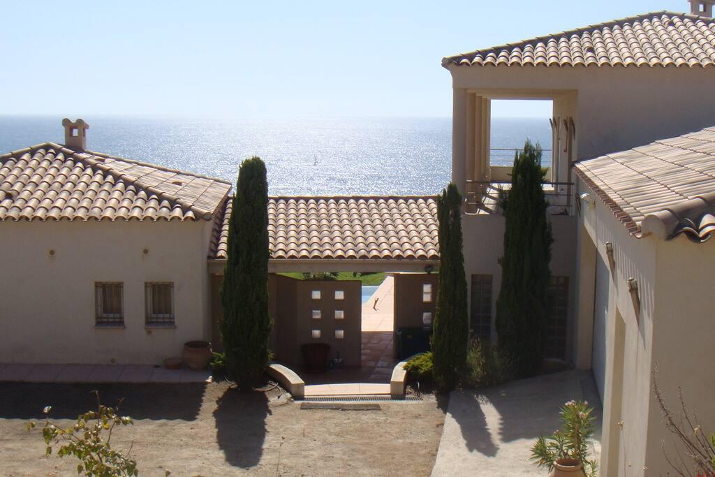 Villa avec piscine bord de mer maisons louer coggia for Camping corse bord de mer avec piscine