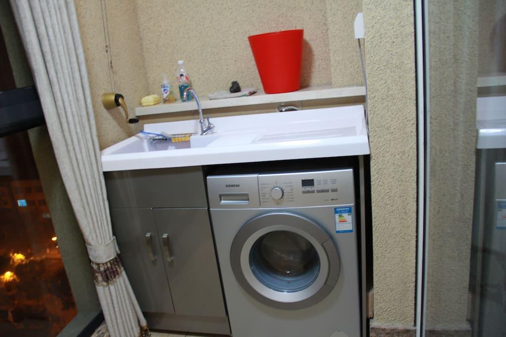 我家阳台,洗衣机可以使用。
