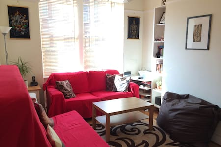 Small Bedroom in cosy & calm House - London