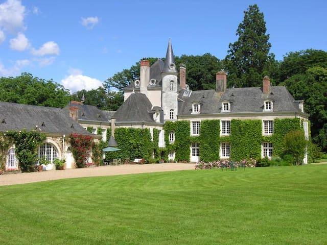 Chambre dans un château de famille - La Jaille-Yvon - Castillo