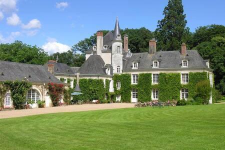 Chambre dans un château de famille - La Jaille-Yvon