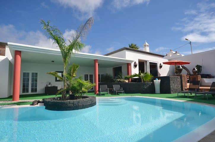 Gorgeous villa in Lanzarote - ทินาโจ - วิลล่า