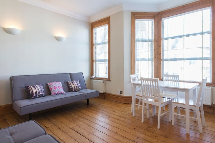 Double room in Bright, Spacious 2 Bed Flat, Zone 2 - Suur-Lontoo - Huoneisto