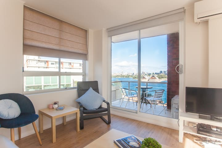 Living area with amazing harbour views, flat screen TV & Foxtel (cable)