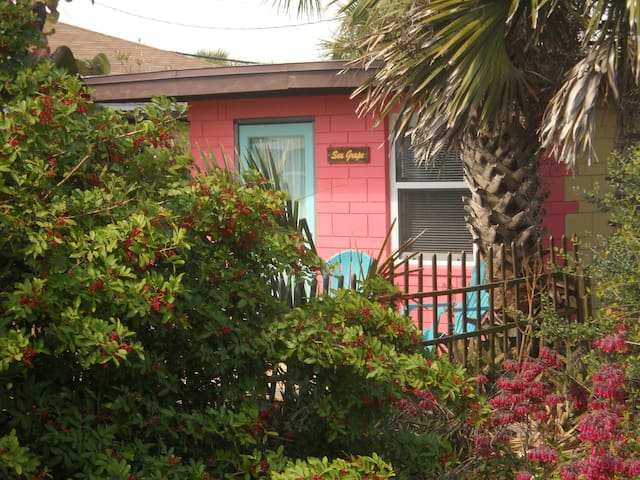 Sea Grape Cottage - Beach/Downtown! - Flagler Beach
