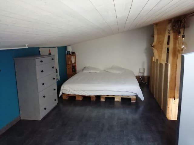 Chambre sur grande mezzanine avec lit en 180