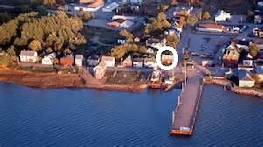 Circle indicates Little Market Gallery, right on the Farmers' and Traders' Market, across from the town wharf and the Annapolis Royal haul-up, where you can watch fish boats being repaired.