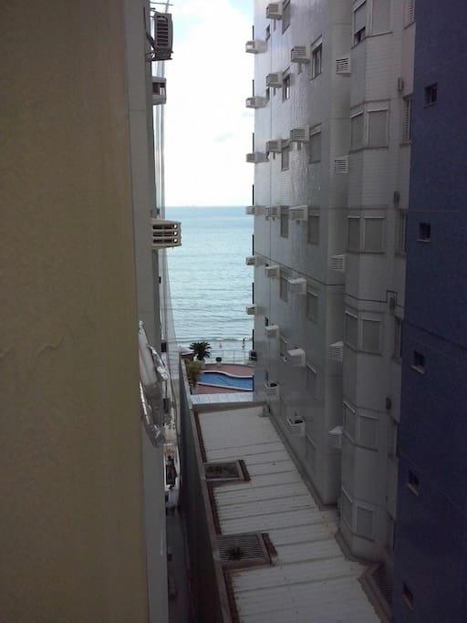 Vista  lateral do mar, predio beira mar