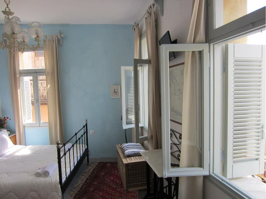 Blue Room, is a sunny, airy room in one of the most beautiful neighborhoods of the old town!