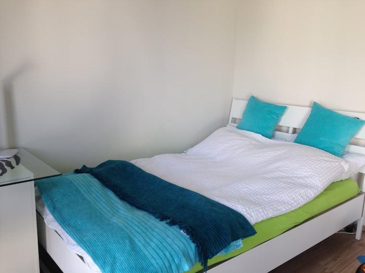 Großes Zimmer mit eigenem Bad 20 qm²  20 Min  Köln