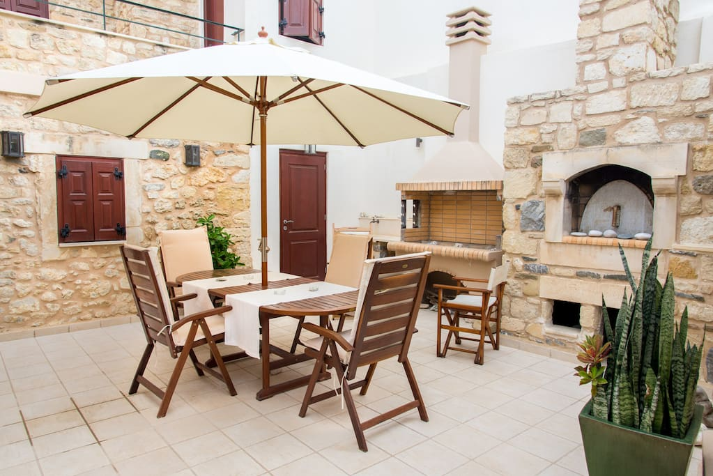 Terrace with large table, bbq and wood oven
