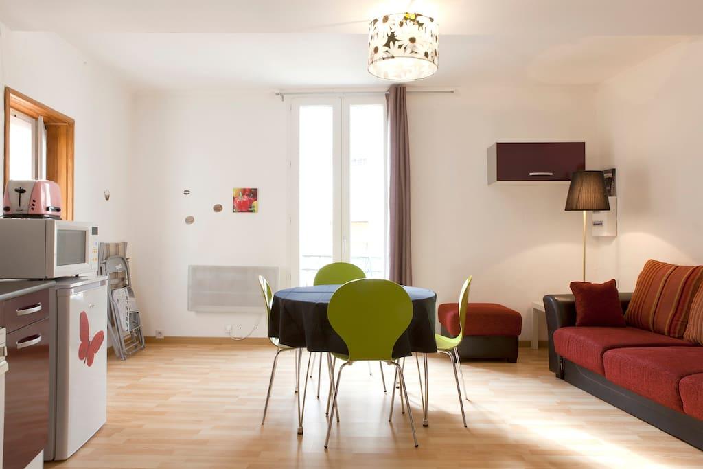Le salon lumineux et spacieux .