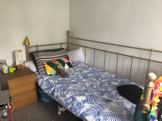 Lovely bright room in London available short term