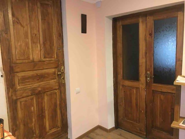 Входная дверь в комнату.