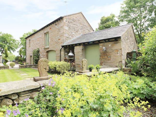 PICKLE BARN, family friendly, with a garden in Hutton Roof, Ref 2198