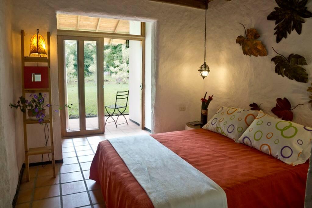 Habitación cama doble con su baño privado y su terraza.