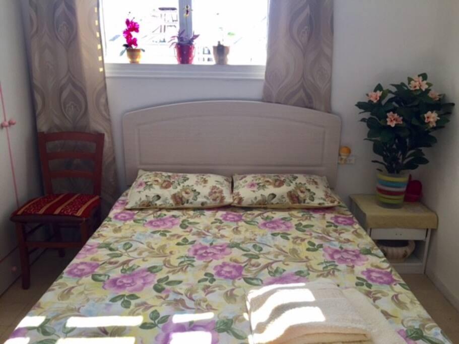 Новая двухспальная кровать с ортопедическим матрацем и свежем постельным бельем.