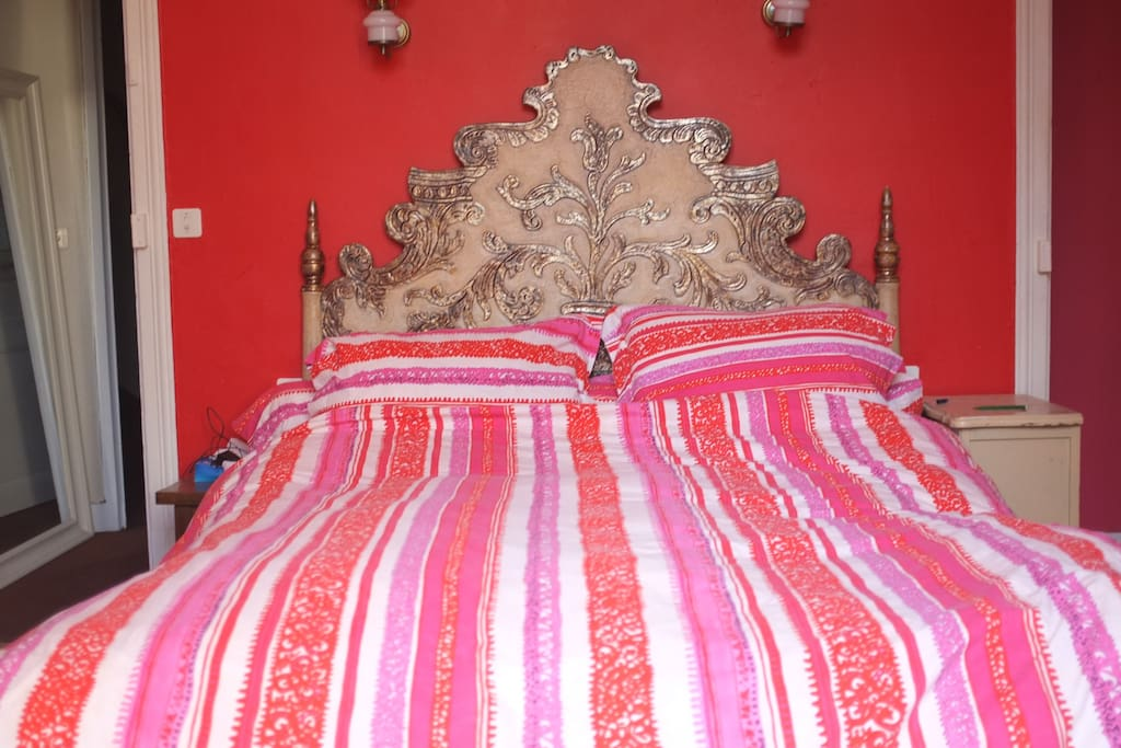 chambre rouge lit
