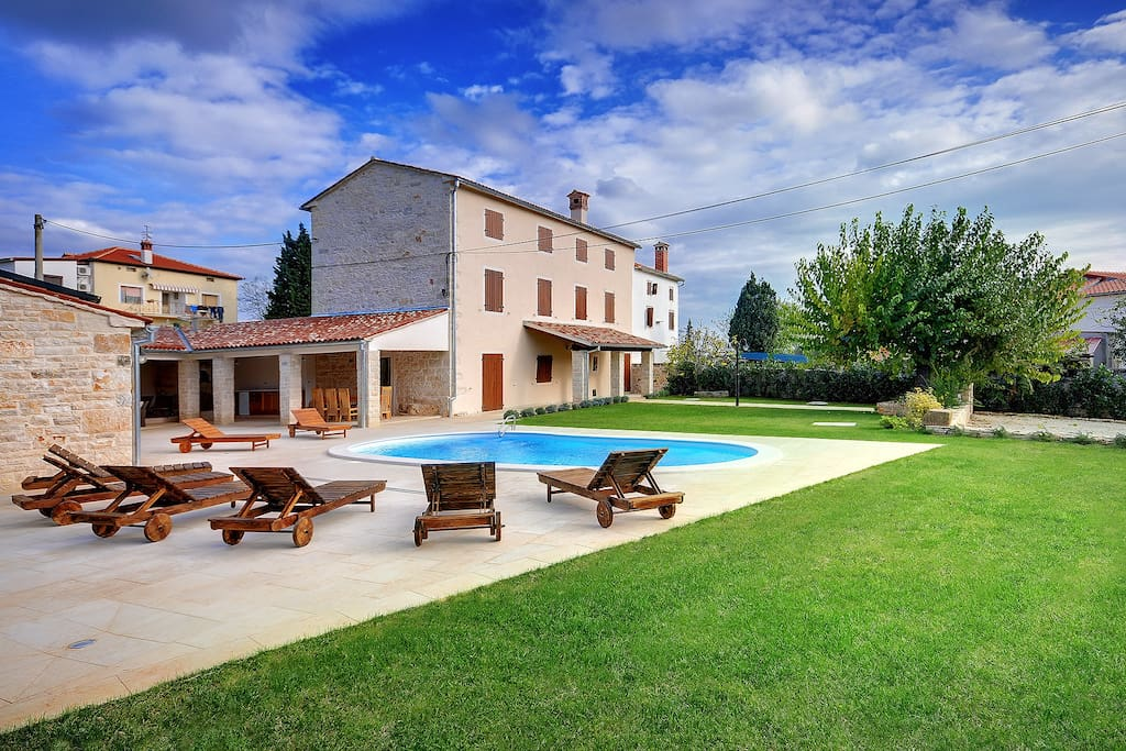 Around the house there is a spacious garden with two covered parking spaces, a heated swimming pool with hydromassage, a Spa zone, a bread oven, barbecue, green floor