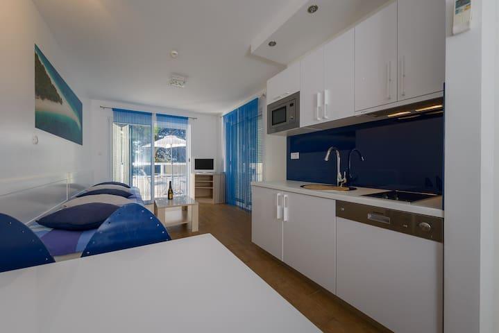 APT DIRECTLY ON THE BEACH  Apt 4  - Bol - Apartment
