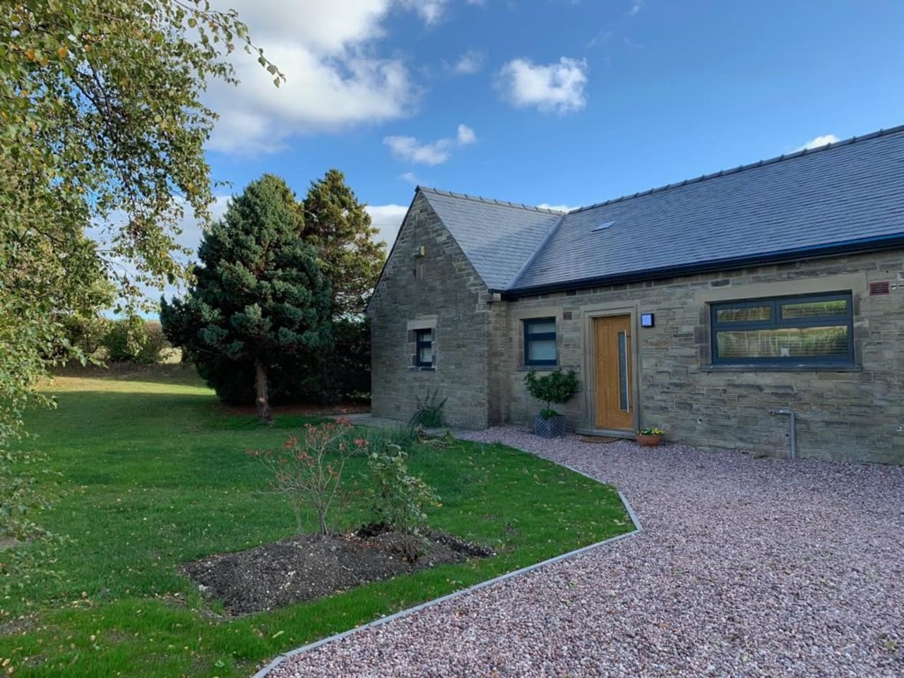Beautiful newly refurbished  stone  cottage with panoramic views of the Pennine lowlands and moors,  on the Tour de Yorkshire and Le Grand depart routes yet only 10 mins from the M1 Jnc  36, three other rooms available in the same house.