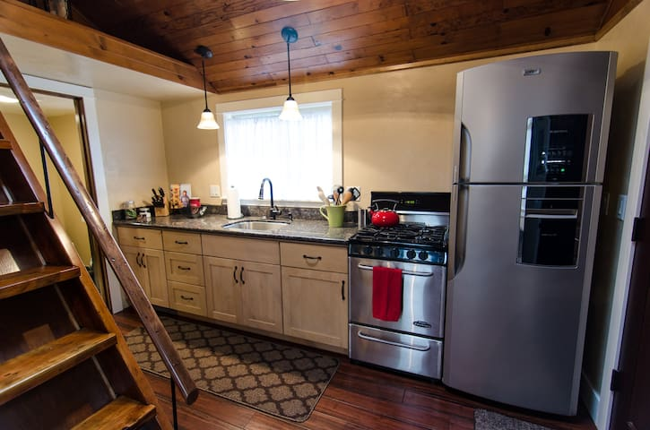 A perfect little kitchen for the foodie in you. Pro-gas range, full-size fridge with ice maker, new pots and pans and Henckels knifes (but be careful, they're sharp).