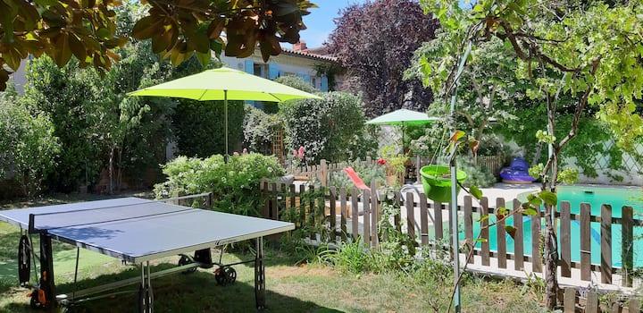 grande maison familiale avec piscine et jardin