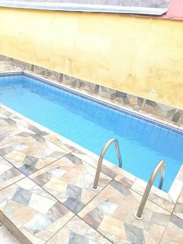 Casa com piscina. Próxima ao centro de Lambari.