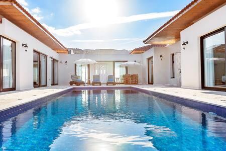 Private Pool Seafront Villa -  4 Master Br