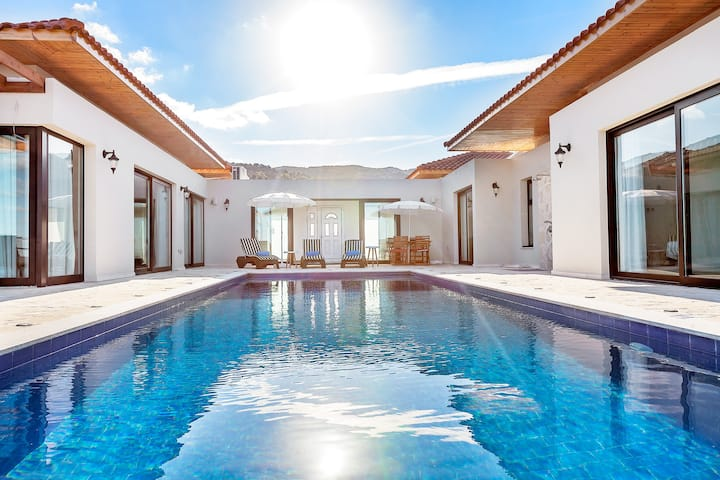 Private Pool Seafront Villa -  4 Master Br