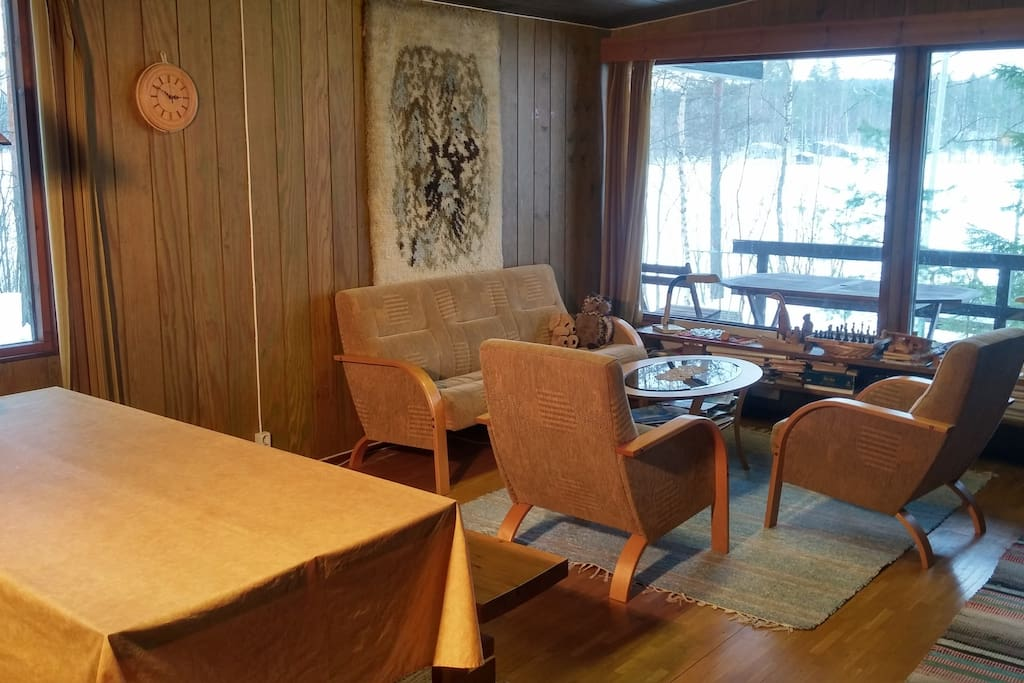 Living room with dinner table and view to the lake