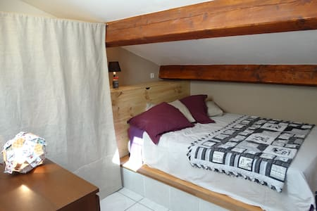 Beautiful room under the eaves + private bathroom - Saint-Laurent-de-la-Salanque - 게스트하우스