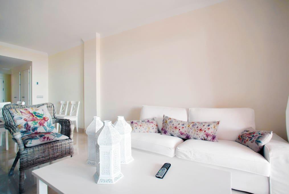 Salón con muebles de moderno diseño