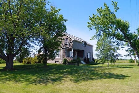 ACADIA HOUSE - Prince Edward County - Cherry Valley